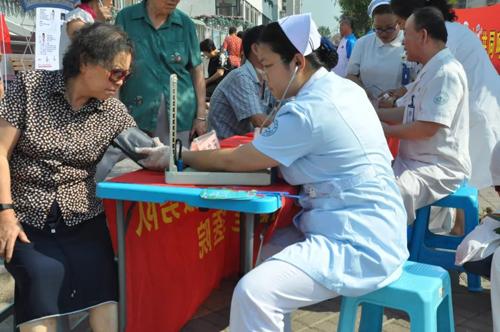 北京军海医院党支部活动 喜迎建国70周年 义诊走进社区送健康